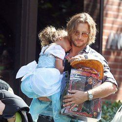 Gabriel Aubry paseando con su hija tras recoger calabazas para la fiesta de 'Halloween'