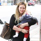 Hilary Duff con su hijo Luca Comrie en brazos