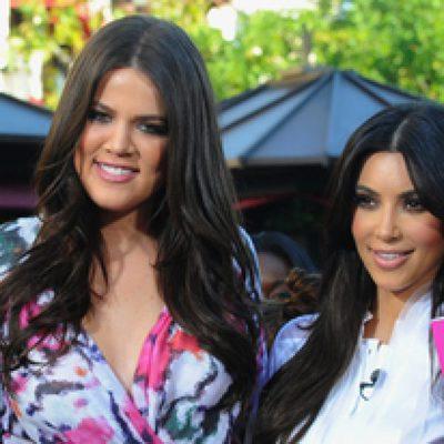 Las hermanas Kardashian y Mario Lopez en el programa 'Extra'