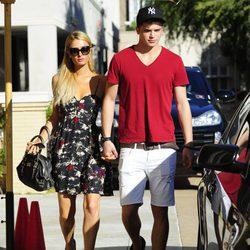Paris Hilton paseando con River Viiperi por las calles de Beverly Hills