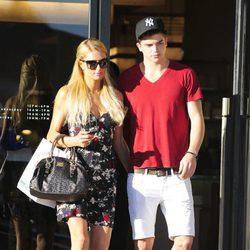 River Viiperi junto a su novia Paris Hilton de compras
