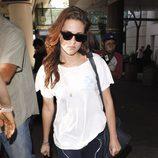 Kristen Stewart caminando con gafas de sol