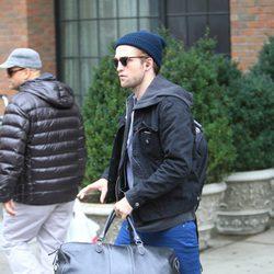Robert Pattinson cargado con una bolsa en Nueva York