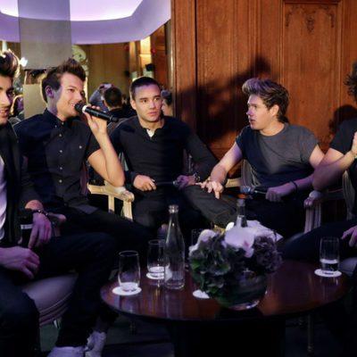 One Direction durante una conferencia en París