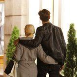 Soraya y Miguel Herrera caminan agarrados