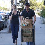 Melanie Griffith se va de compras con su marido a un supermercado en California