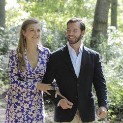Guillermo de Luxemburgo y Stéphanie de Lannoy pasean por un bosque
