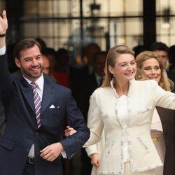 Guillermo de Luxemburgo y Stéphanie de Lannoy saludan en su boda civil