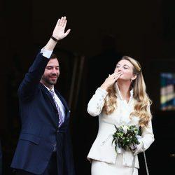 Guillermo de Luxemburgo y Stéphanie de Lannoy saludan tras su boda civil