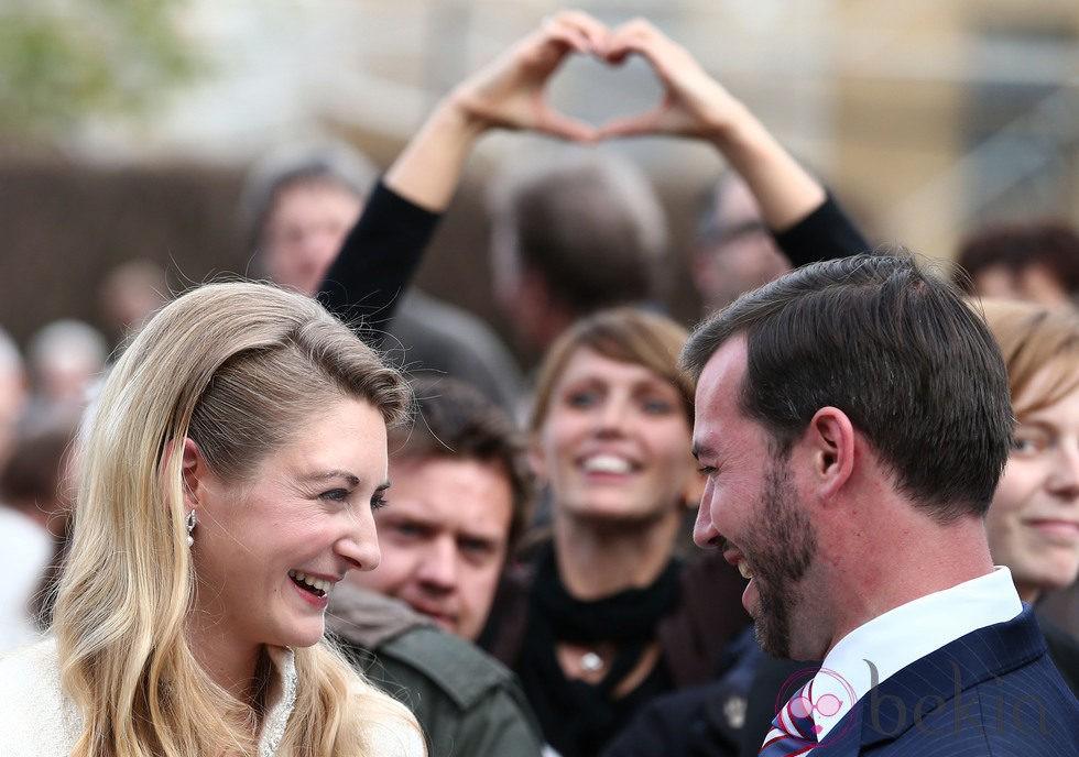 Mirada cómplice de Guillermo de Luxemburgo y Stéphanie de Lannoy tras su boda civil