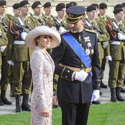 El Príncipe Felipe mira a Doña Letizia en la boda de Guillermo y Stéphanie