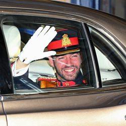 Guillermo de Luxemburgo saluda desde el coche antes de su boda con Stéphanie de Lannoy