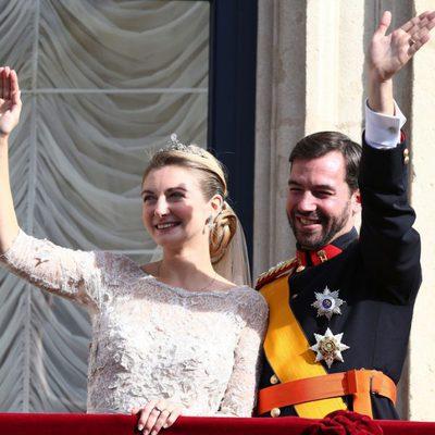 Guillermo y Stéphanie de Luxemburgo saludan desde el balcón tras su boda