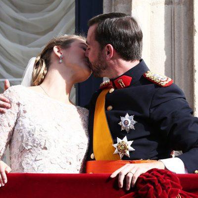 Guillermo y Stéphanie de Luxemburgo besándose el día de su boda