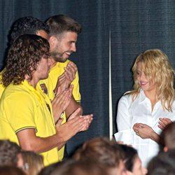 Shakira mira a Piqué en un acto de alianza entre el Barça y Pies Descalzos en Miami