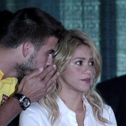 Gerard Piqué susurra a Shakira en un acto solidario en Miami