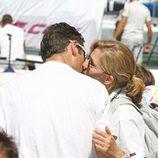 Los Duques de Palma se besan antes de la regata de la Copa del Rey de Vela 2011