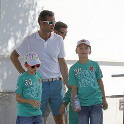 El Duque de Palma con Juan y Pablo Urdangarín antes de la regata de la Copa del Rey de Vela 2011