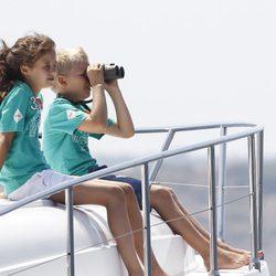 Victoria de Marichalar y Miguel Urdangarín observan la Copa del Rey de Vela 2011
