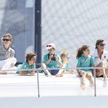 La Reina, cinco de sus nietos, la Infanta Elena y María Zurita en la lancha 'Somni'
