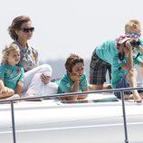La Reina con sus nietos Irene, Juan, Pablo y Felipe en la lancha 'Somni'