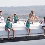La Infanta Elena, María Zurita y la Reina con cinco de sus nietos en la lancha 'Somni'