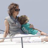 La Reina Sofía cuida de su nieta Irene a bordo de la lancha 'Somni'