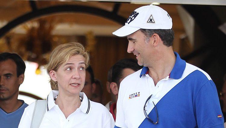 La Infanta Cristina y el Príncipe Felipe charlan en la Copa del Rey de Vela 2011