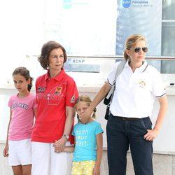 La Reina, la Infanta Cristina,  Victoria Federica e Irene en el segundo día de regatas 2011