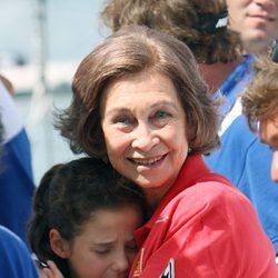 La Reina Sofía consuela a Victoria Federica en el segundo día de regatas 2011