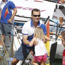 El Príncipe Felipe coge a su hija Sofía en el segundo día de regatas 2011