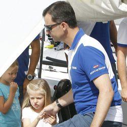 La Infanta Leonor coge de la mano al Príncipe Felipe en el segundo día de regatas 2011