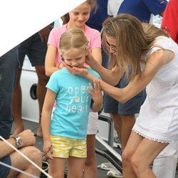 La Princesa Letizia acaricia a Irene Urdangarín en el segundo día de regatas 2011
