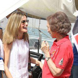 La Reina Sofía y la Princesa Letizia ríen en el segundo día de regatas 2011