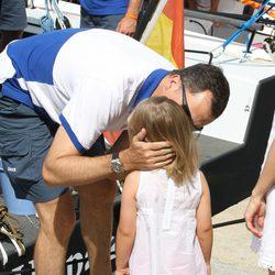El Príncipe Felipe besa a la Infanta Sofía en el segundo día de regatas 2011