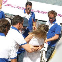 El Príncipe ayuda a bajar del barco a Doña Letizia en el segundo día de regatas 2011