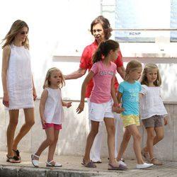 La Princesa Letizia, la Reina y sus cuatro nietas en el segundo día de regatas 2011