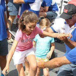 Victoria Federica es ayudada a subir al barco en el segundo día de regatas 2011