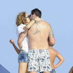 Borja Thyssen y Blanca Cuesta se besan apasionadamente en Ibiza