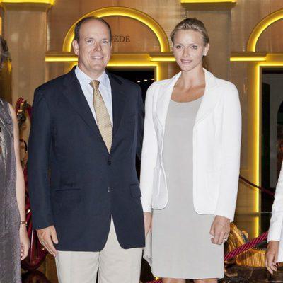 Los Príncipes de Mónaco visitan una exposición sobre Casas Reales