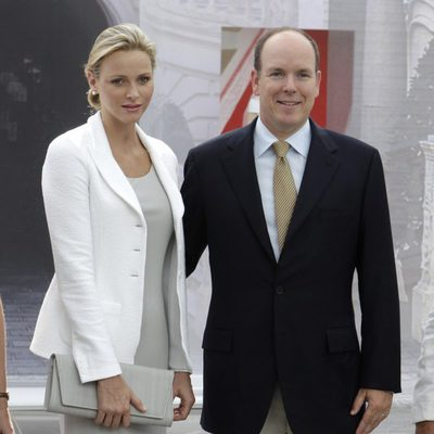 Alberto y Charlene de Mónaco acuden a una exposición sobre Casas Reales
