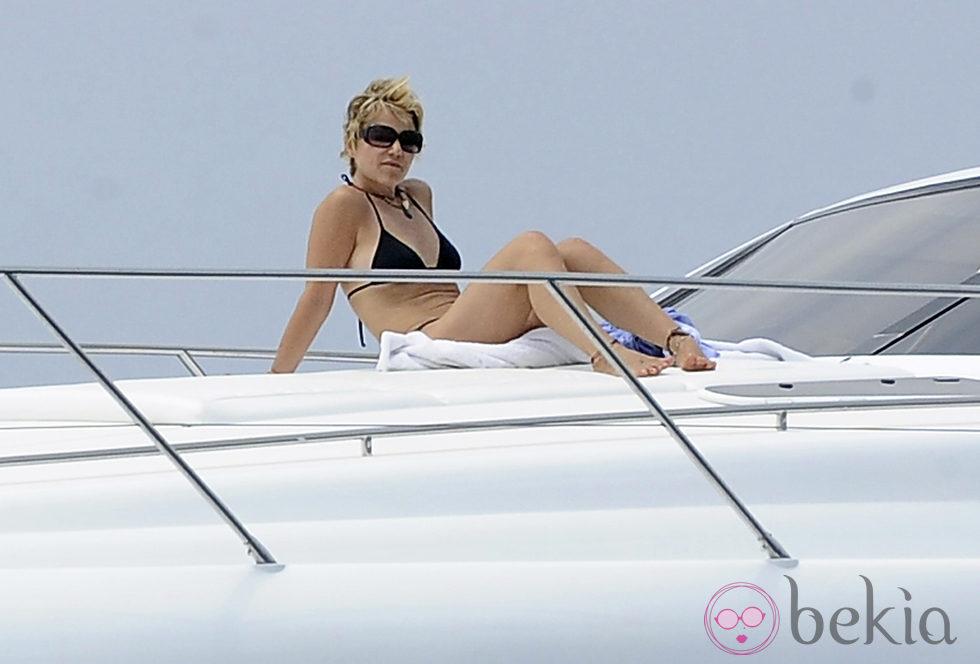 Eugenia Martínez de Irujo toma el sol en un barco en Ibiza