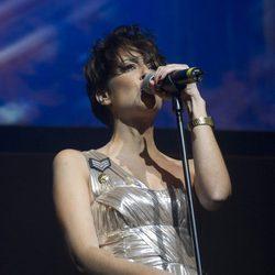 Vega cantando en un concierto