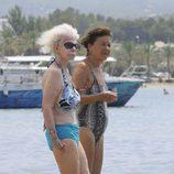 Cayetana de Alba y una amiga en la orilla del mar en Ibiza