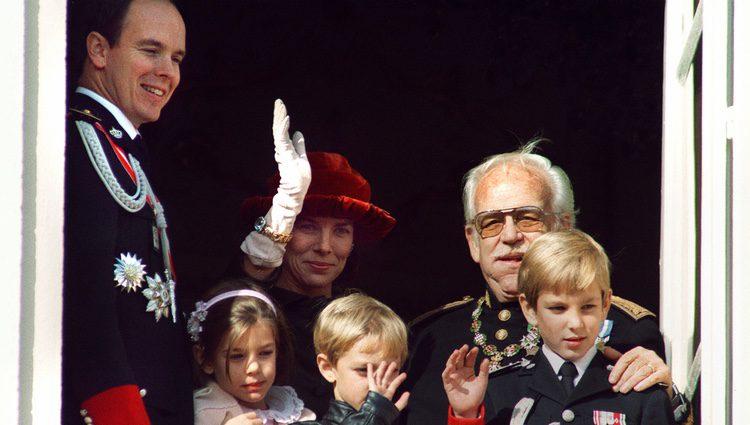 Carlota Casiraghi saluda desde el balcón de Palacio con su familia en 1993