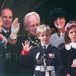 Carlota Casiraghi saluda con la Familia Real de Mónaco en 1995