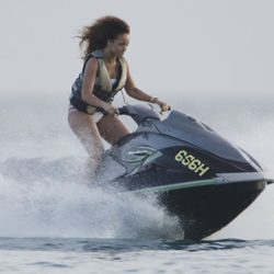 Rihanna surca los mares en una moto acuática durante sus vacaciones en Barbados