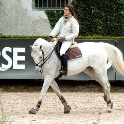 Carlota Casiraghi montando a caballo a los 18 años