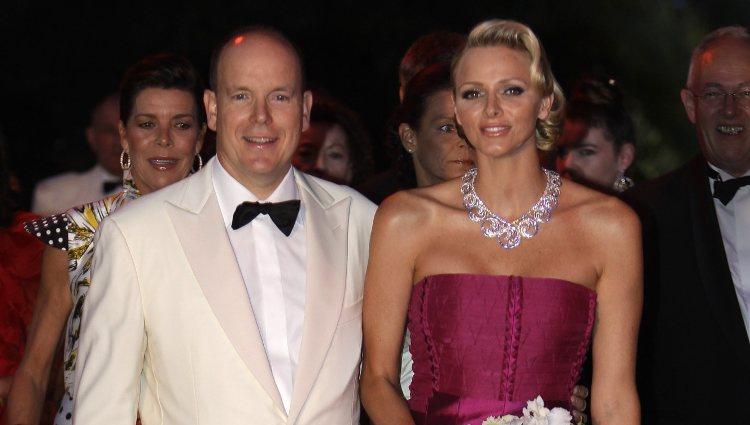 Alberto y Charlene de Mónaco en el Baile de la Cruz Roja 2011