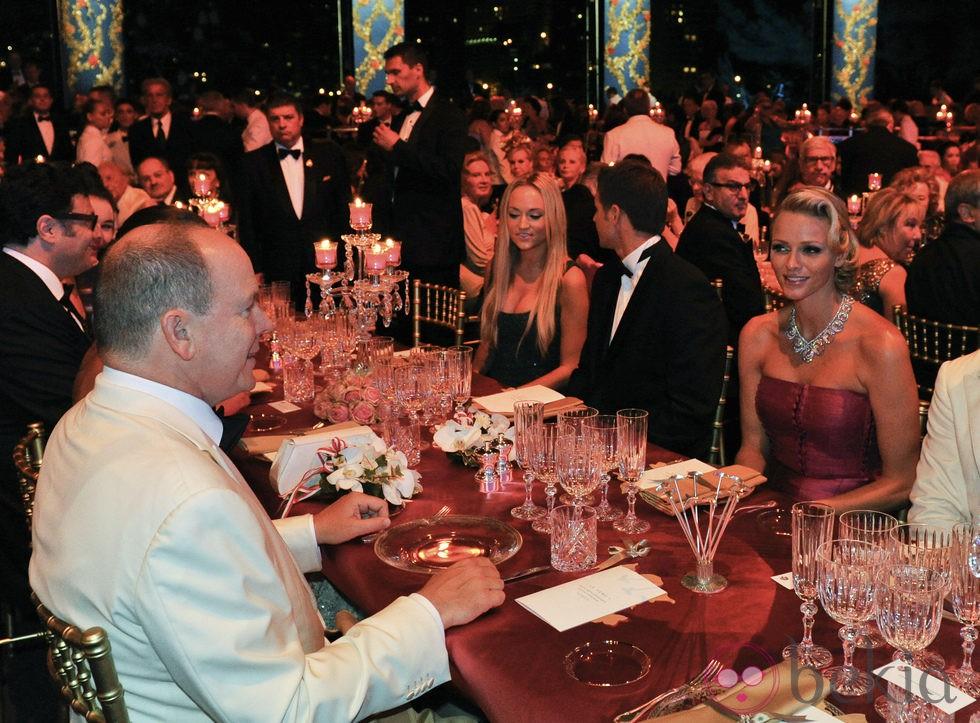 Alberto y Charlene de Mónaco en la cena del Baile de la Cruz Roja 2011